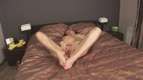 Iviola fingers her shaved pussy
